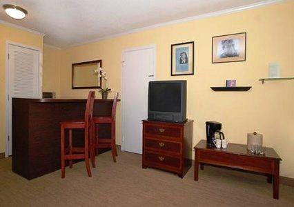 Photo 3 - Sundance Plaza Hotel & Suites
