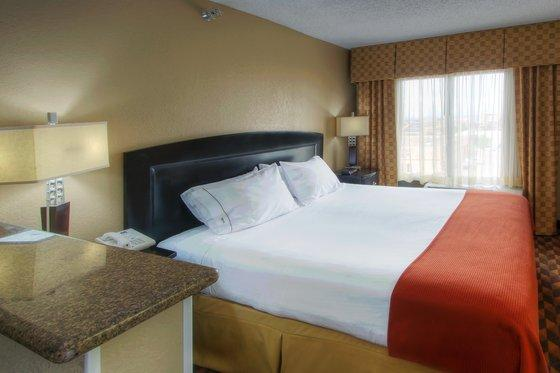 Photo 2 - Holiday Inn Express Hotel & Suites Midtown
