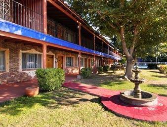 Photo 2 - Travelodge La Hacienda Airport