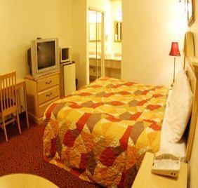 Photo 3 - Glen Capri Inn & Suites - Colorado Street