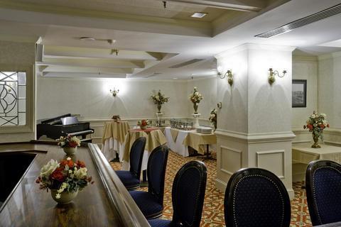 Photo 2 - Commonwealth Park Suites Hotel