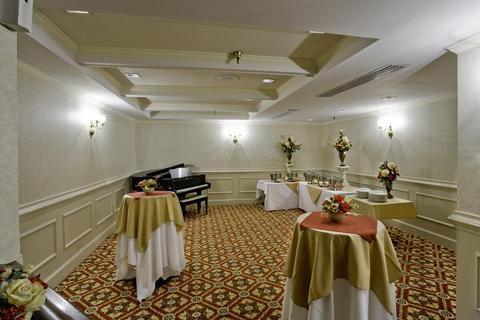 Photo 3 - Commonwealth Park Suites Hotel