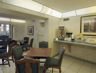 Photo 2 - Howard Johnson Inn & Suites Clearwater (Florida)
