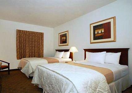Photo 3 - Econo Lodge Inn & Suites Fairgrounds Des Moines