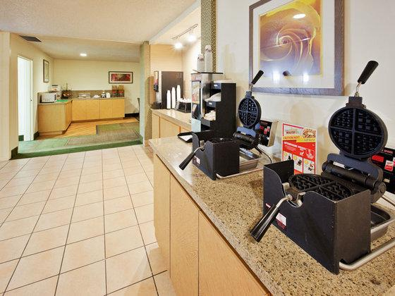 Photo 3 - La Quinta Inn & Suites Redding