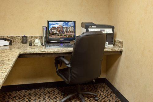 Photo 2 - Holiday Inn Express Hotel & Suites Savannah-Midtown