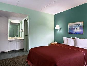 Photo 1 - Howard Johnson Express Inn Sandusky Cedar Point Entrance