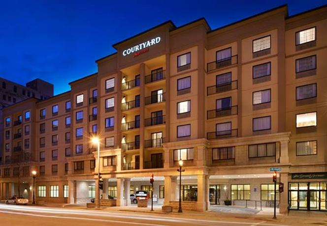 Photo 2 - Courtyard by Marriott Milwaukee Downtown