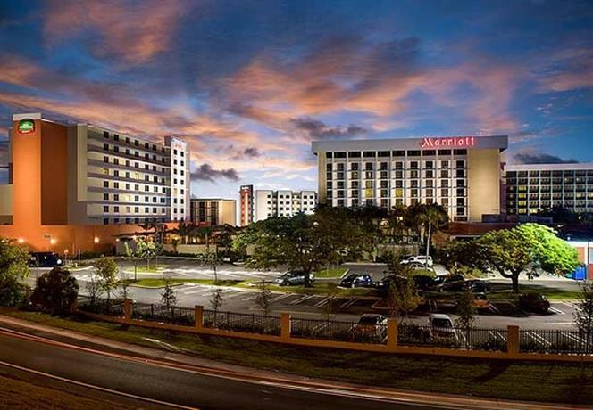 Photo 2 - Courtyard Miami Airport
