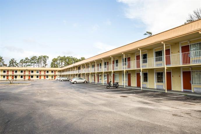 Photo 3 - Econo Lodge Inn & Suites Wilmington
